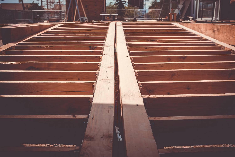 Wybór drewna konstrukcyjnego i podstawowe rodzaje domów drewnianych